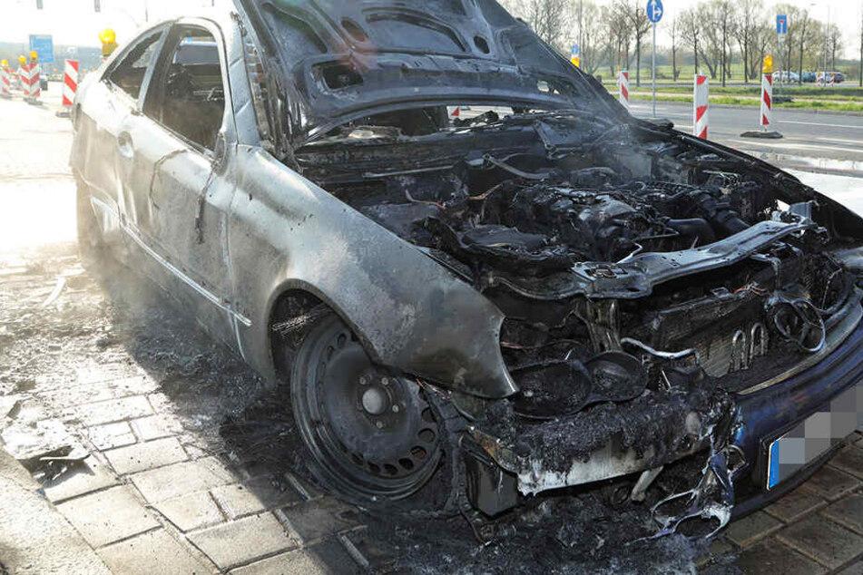 Auto fängt in Dresden Feuer! Insassen retten sich, bevor Schlimmeres passiert