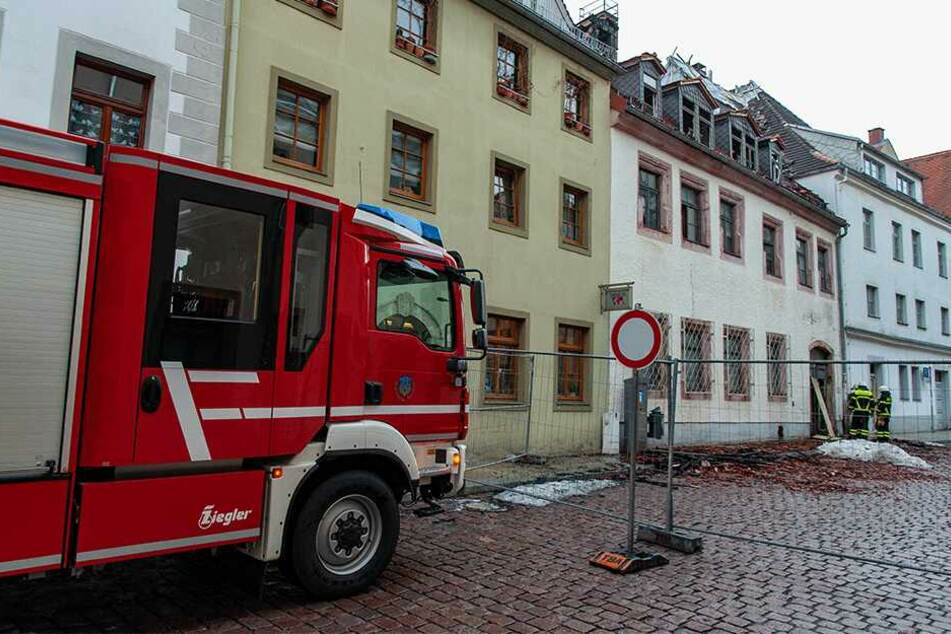 Weil immer noch Gebäudeteile abstürzen können, war die Akazienstraße auch Montag noch gesperrt.