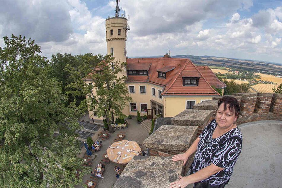 Restaurant- und Burghotel-Betreiberin Rosita Vogt kann auf der Landeskrone durch wildernden Bewuchs kaum ihre Terrasse unter den Bäumen erblicken.