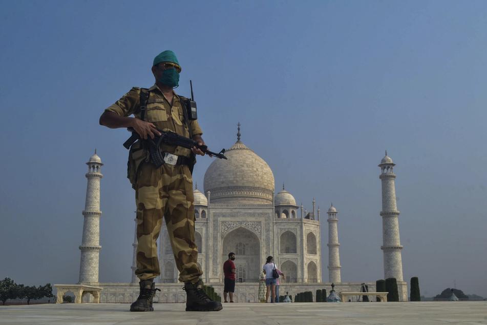 Ein paramilitärischer Soldat patroulliert vor dem Taj Mahal. Ein Anrufer drohte, das Unesco-Weltkulturerbe in die Luft zu sprengen. (Archivbild)