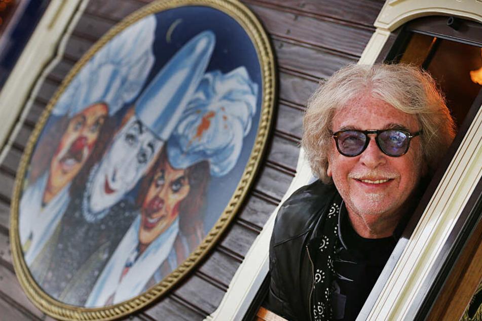 Der Gründer des Zirkus Roncalli, Bernhard Paul (71), schaut auf dem Zirkusgelände aus einem Fenster.