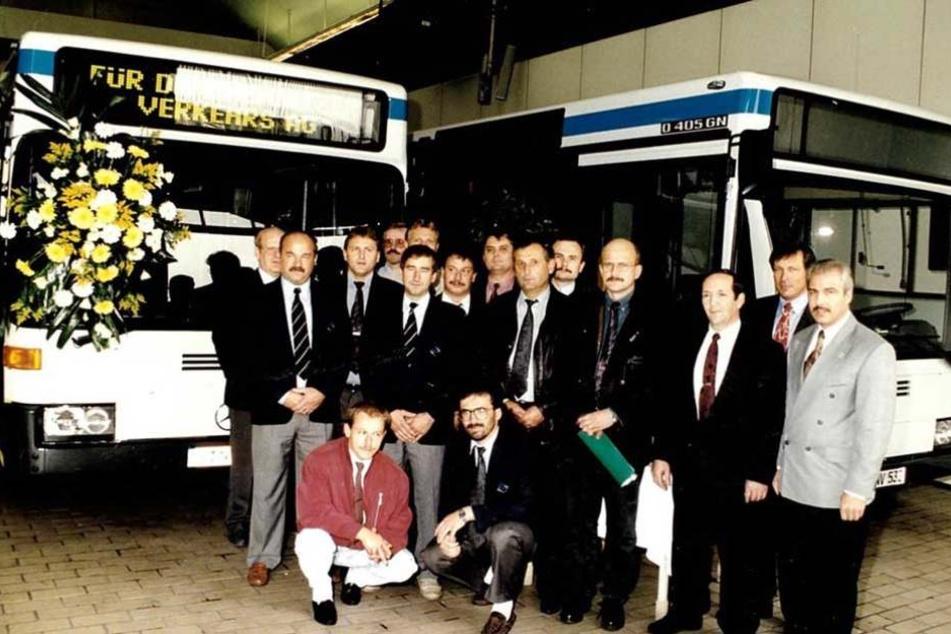 Ein Erinnerungsfoto von der Bus-Übergabe 1992 im Werk Mannheim. Frank Stecher (knieend re.) war vor 25 Jahren dabei.
