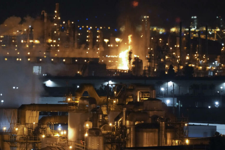 Flammen lodern aus einer Raffinerie.