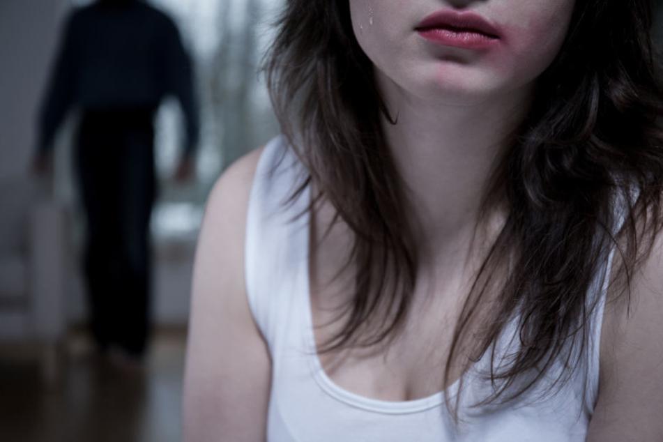 Ein Mann soll seine zwei Töchter sexuell missbraucht haben (Symbolbild).