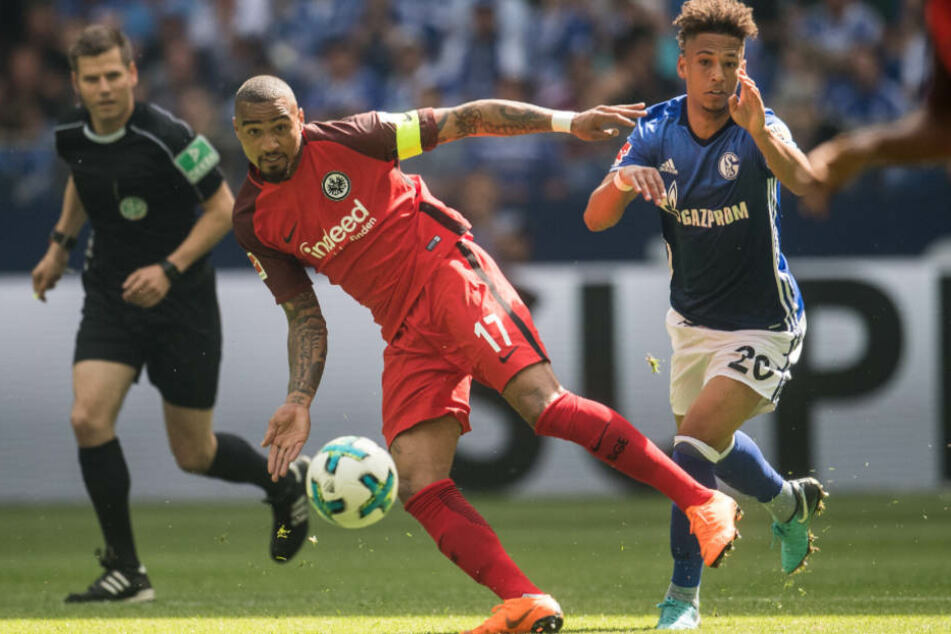 Schalkes Thilo Kehrer (r) und Frankfurts Kevin-Prince Boateng versuchen an den Ball zu kommen.