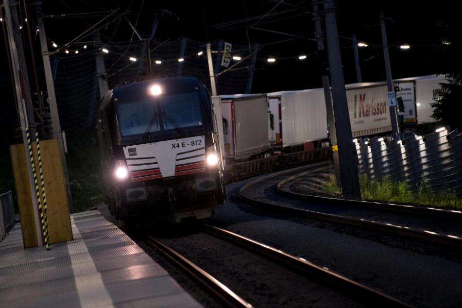 In Niederbayern wurde ein junger Mann von einem Güterzug überrollt. (Symbolbild)