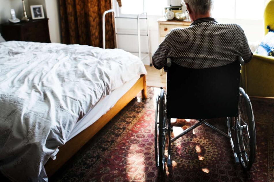 Der Mann wollte sein Telefon holen, wurde dann in seinem Rollstuhl festgehalten. (Symbolbild)