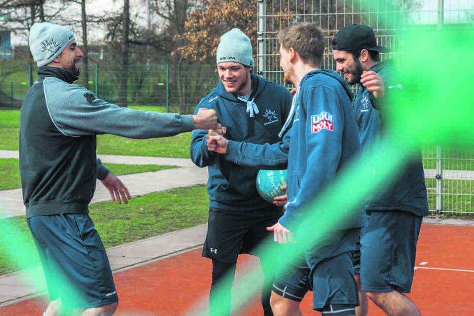 Abschalten vor den Play-offs: Die Eislöwen Alexander Höller (32, v.l.),  Ludwig Wild (22), Mirko Sacher (25) und Lukas Hoffmann (20) entspannen beim  Fußballtennis im Ostra-Gehege.