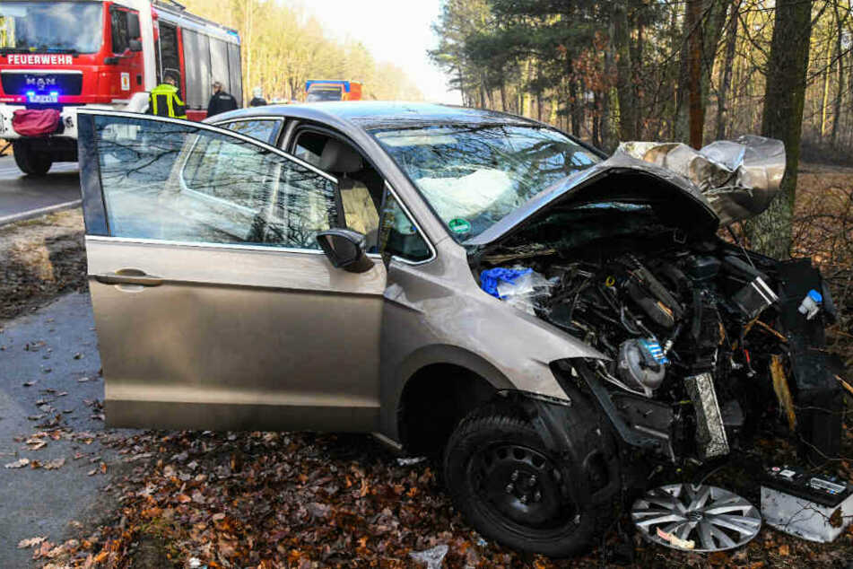 Heftiger Glätteunfall: Feuerwehr muss eingeklemmten Mann aus Auto befreien