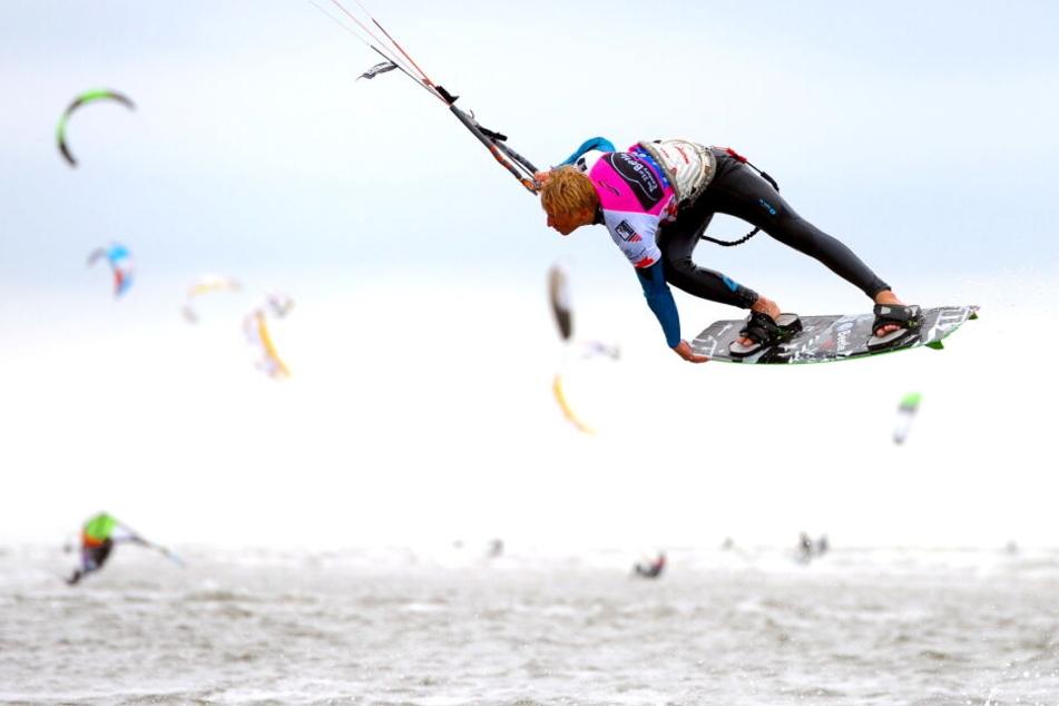 Ein Kitesurfer zeigte am Nordseestrand von St.Peter-Ording, sein Können.
