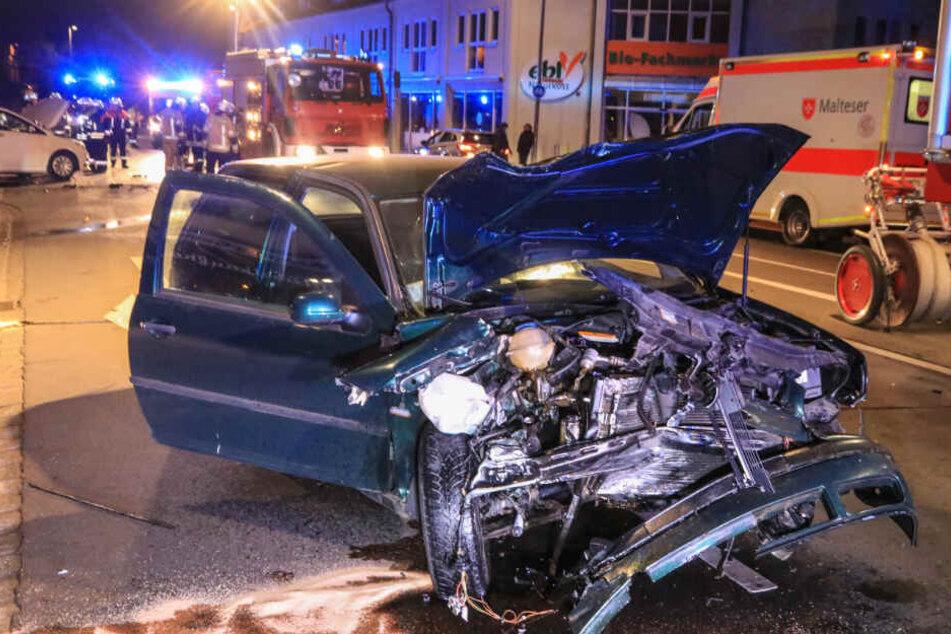Auto rast in stehendes Taxi: Mitfahrer flüchten und lassen Schwerverletzte zurück