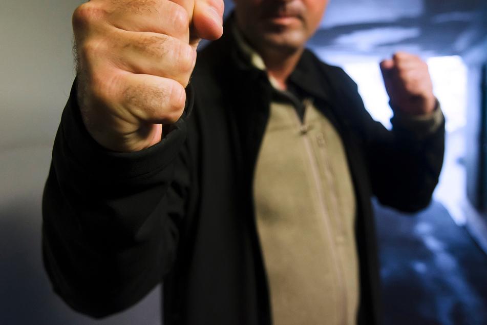"""Brutal! Vor dem """"Kaufland"""" in Zschopau wurde ein Mann (64) von drei Männern geschlagen und getreten (Symbolbild)."""