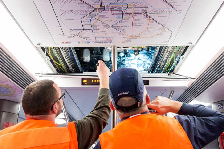 """Während der Abnahme kontrollieren Mitarbeiter die neuen Züge der Baureihe """"ET 490""""."""