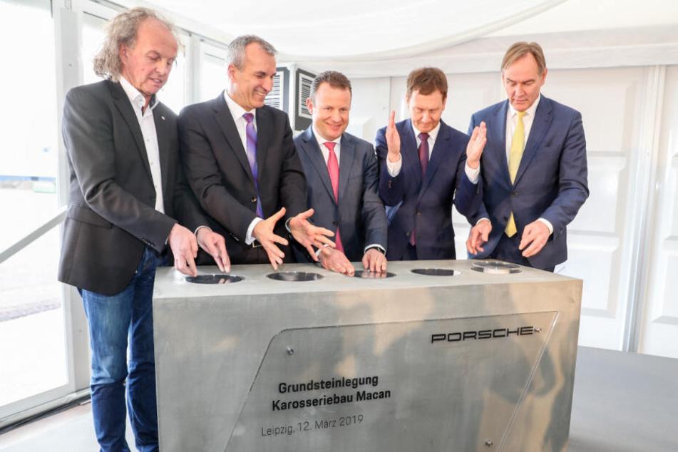 Legten den Grundstein für die Porsche-Werkserweiterung (v.l.n.r.): Betriebsrats-Chef Knut Lofski, Produktionsvorstand Albrecht Reimold, Werksleiter Gerd Rupp, Ministerpräsident Michael Kretschmer (CDU), und OB Burkhard Jung (SPD).