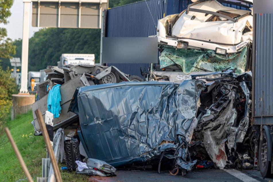 Unfall A44: Lkw rast in Stauende: Vier Menschen sterben in Kleinbus