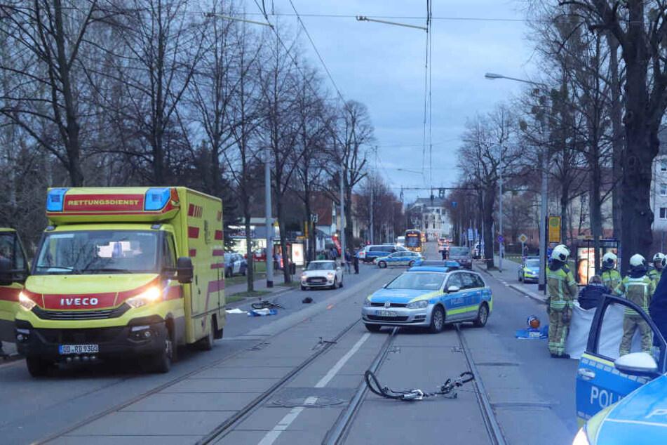 Einsatzkräfte von Rettungsdienst und Polizei am Unfallort.