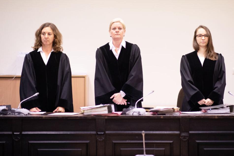 De Vorsitzende Richterin Jessica Körner (Mitte), und die Richterinnen Esther Waskow (links) und Anja Bothien (rechts) bei der Prozesseröffnung im Gerichtssaal.