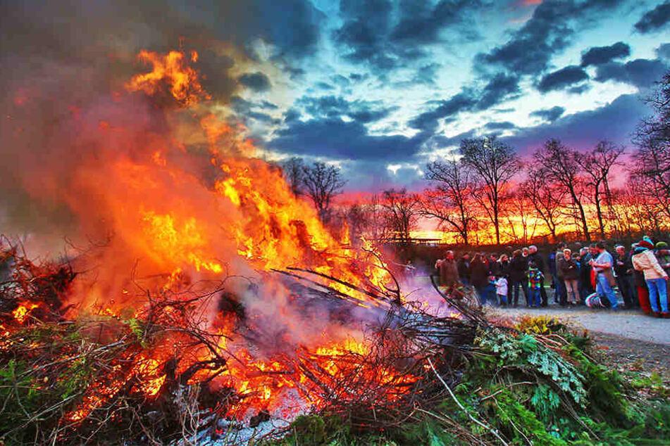 Jedes Jahr werden traditionell Osterfeuer niedergebrannt. (Symbolbild)