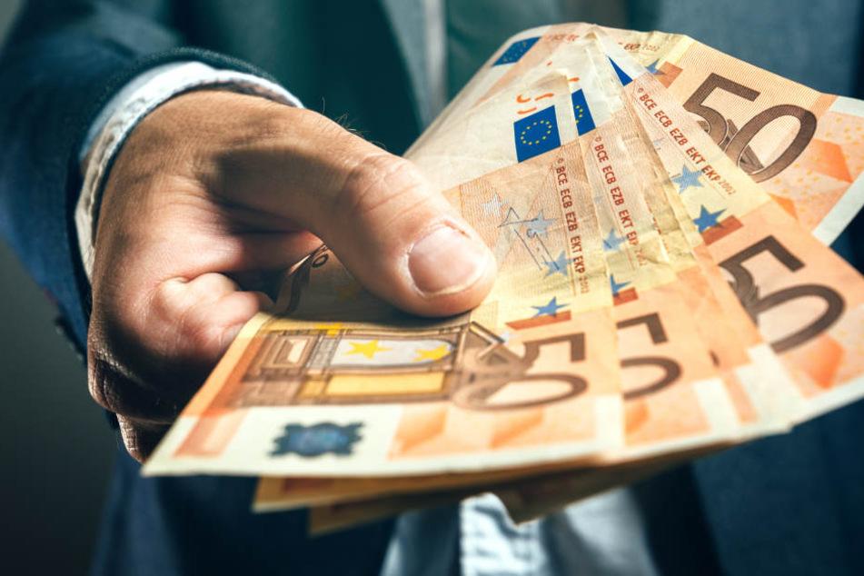 Mehrere Passanten fanden in Weiden 50-Euro-Scheine. (Symbolbild)