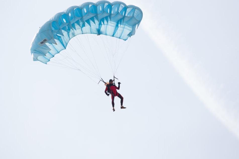 Ein Fallschirmspringer starb jetzt bei einem Sprung. (Symbolbild)