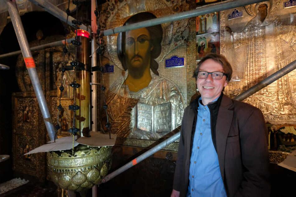 Restaurator Oliver Tietze in der Russischen Gedächtniskirche Sankt Alexis in Leipzig. Erstmals seit der Einweihung des Gotteshauses im Jahr 1913 wurden die darin aufbewahrten Ikonen restauriert.