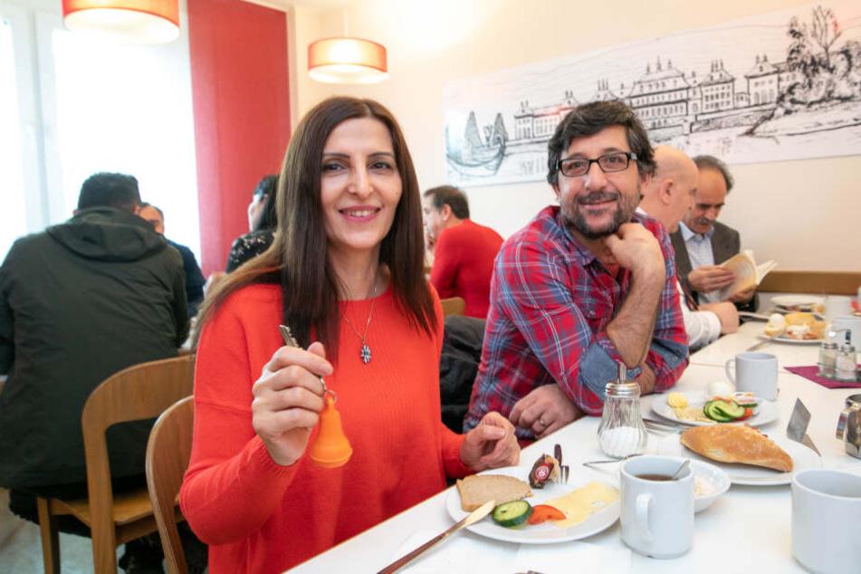 """Frühstück! Mehtap (38) und Ferat (35) lassen sich frische Brötchen und Kaffee schmecken. Das """"Jugendgästehaus"""" wird rege genutzt für internationale Konferenzen, Tagungen und Seminare."""