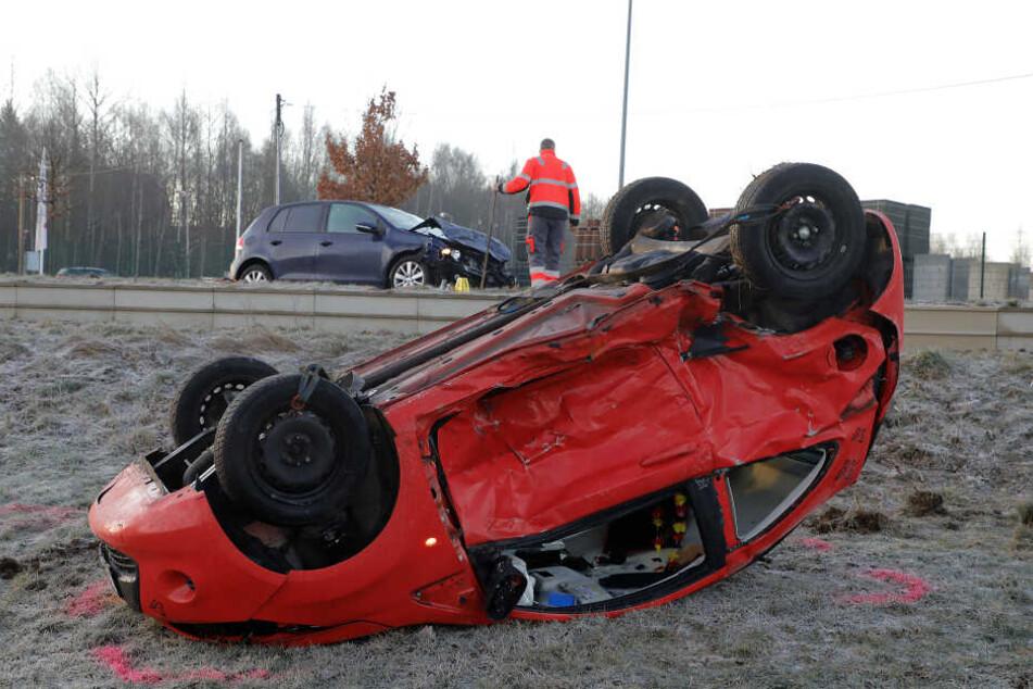 Der Ford blieb nach dem Crash auf dem Dach liegen.