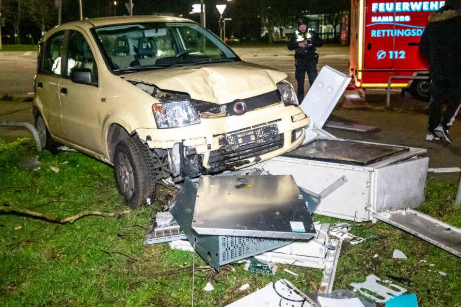 Das Auto bretterte in einen Stromkasten.