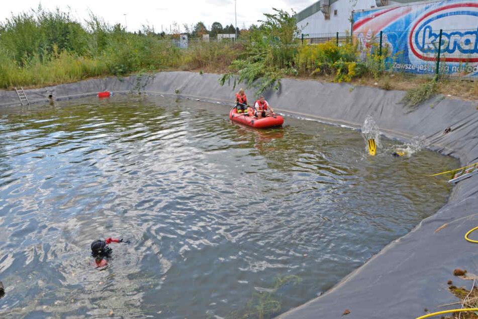 Nach der Rettung der Kinder suchten Taucher das Becken noch einmal gründlich ab.