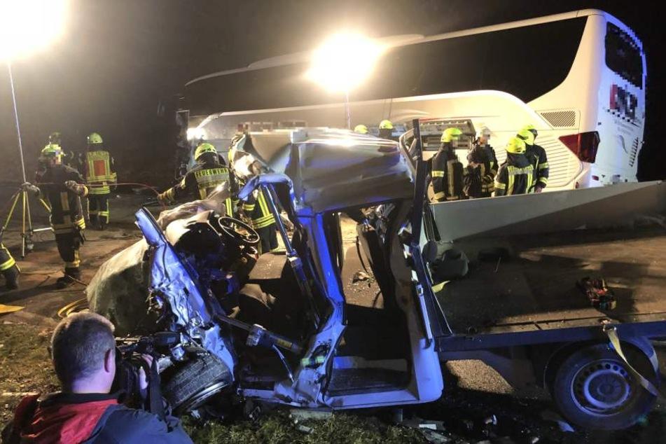Horror-Crash! Reisebus und Kleintransporter krachen gegeneinander