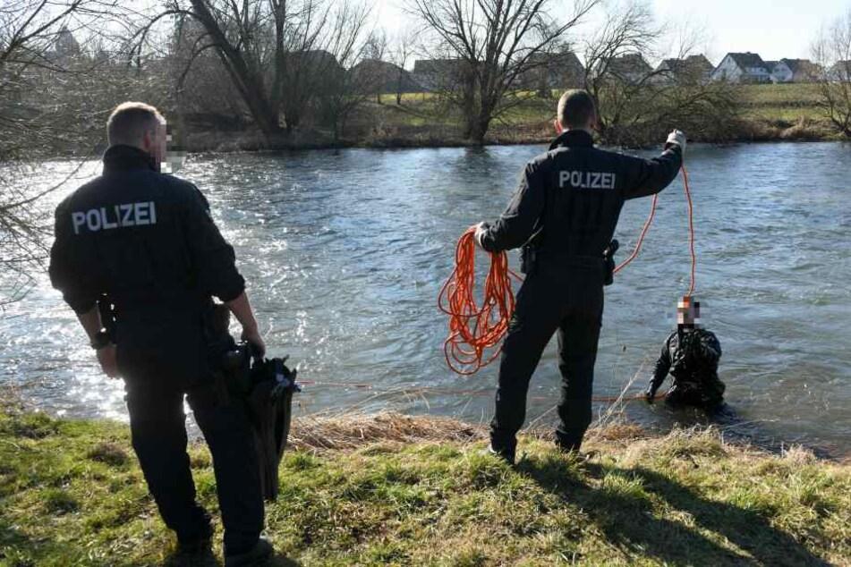 Polizisten suchen das Ufer der Fulda ab.