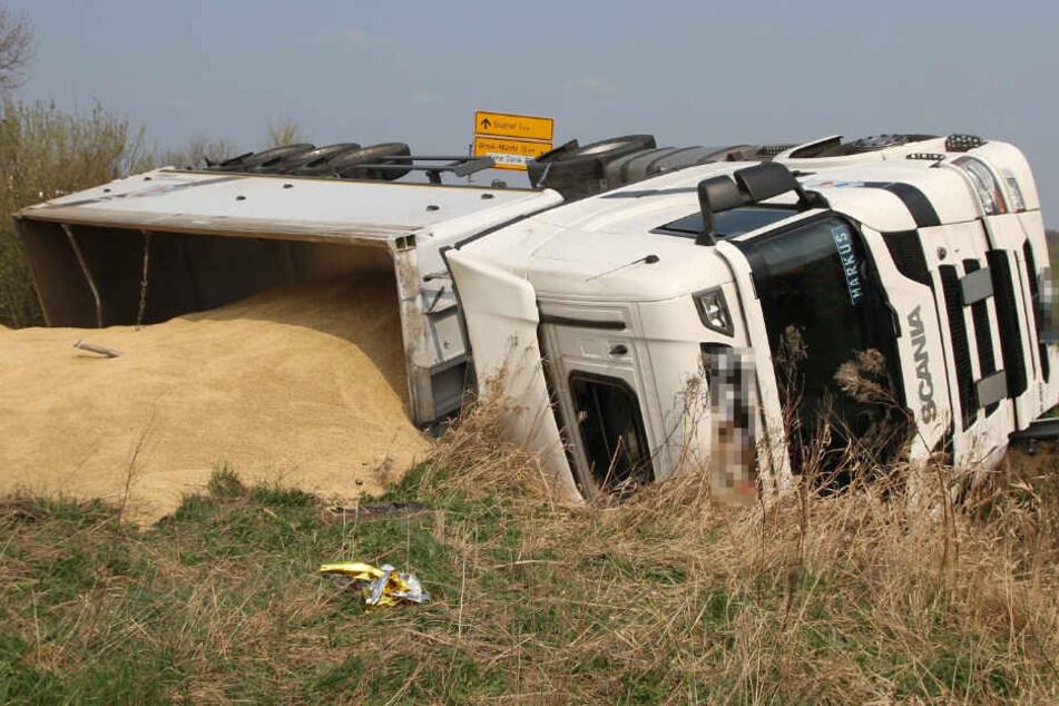 Unfall auf der Landesstraße! Tonnenweise Getreide landet im Graben