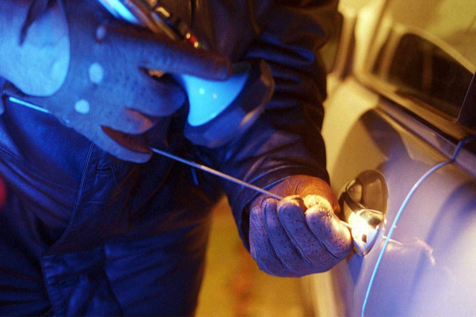 Die Täter brachen in zwei VW Passat ein und klauten ein Navi und ein Radio.