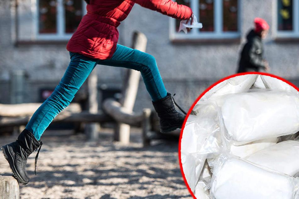 Während die Beamten den Mann verfolgten, war dieser ein Etui mit Heroin über einen Zaun auf ein Schulgelände (Symbolbild).