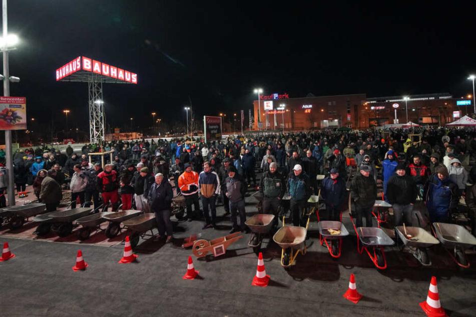 Männer mit Schubkarren! Gut Tausend Handwerker, Hobbyschauber und Gärtner warteten auf dem Parkplatz geduldig auf die Eröffnung des neuen Baumarktes.