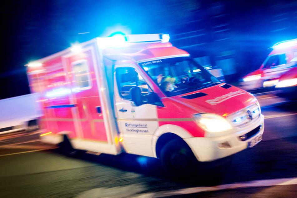 Der Rettungswagen musste beide Männer verarzten. (Symbolbild)