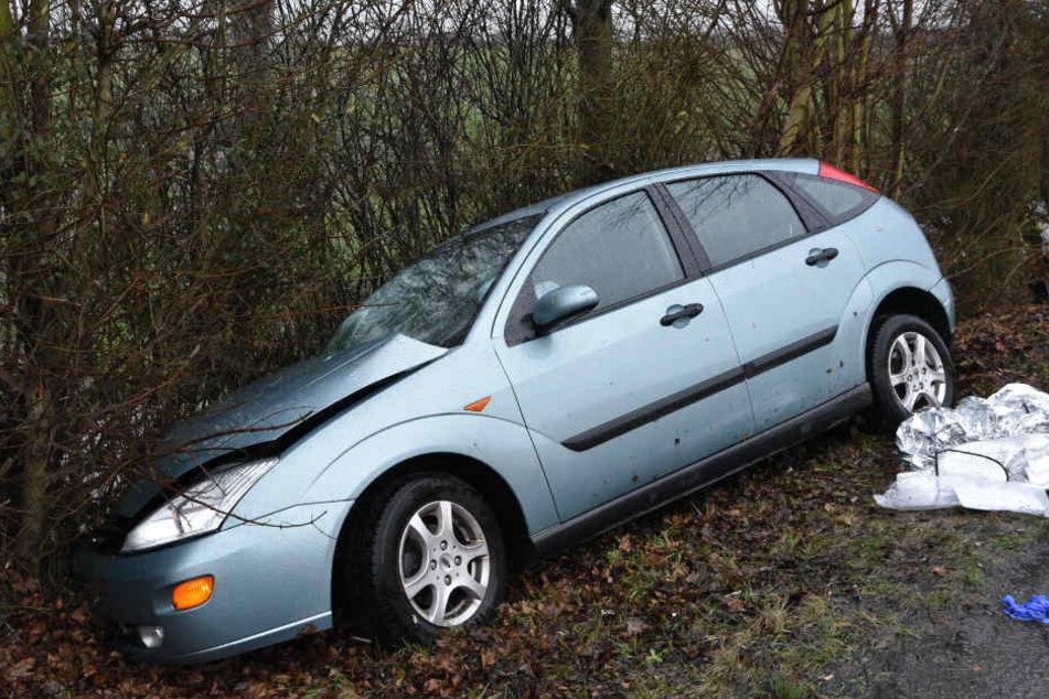 Der Ford geriet ins Schleudern, krachte schließlich gegen zwei kleinere Bäume.