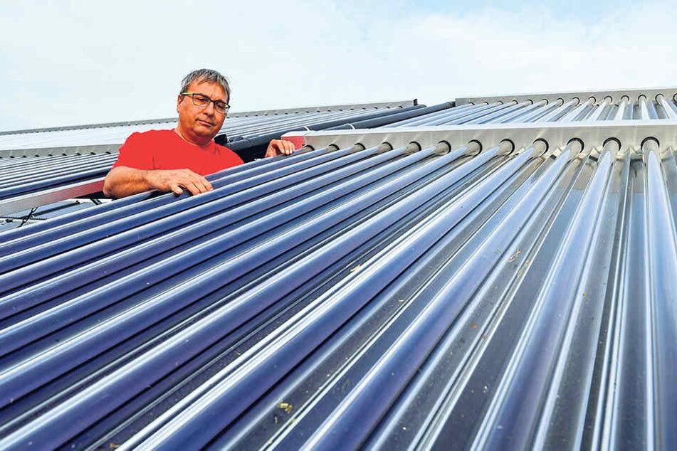 Techniker Steffen Tolle von den Stadtwerkenzeigt die Solarpanele.