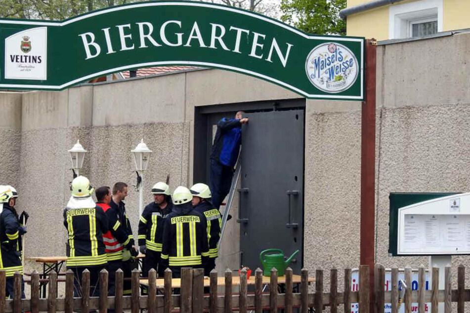 Feuerwehr und Wasserwehr überprüfen alle Tore auf ihre Funktionsfähigkeit.