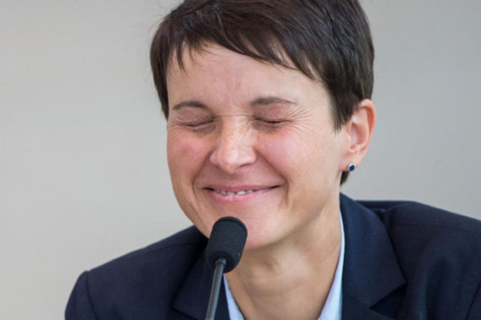"""Will Frauke Petry (42) auf ein Mandat verzichten? """"Nein"""", ließ sie ausrichten."""
