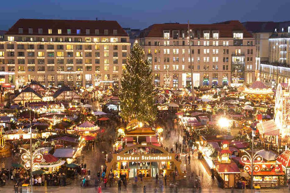 Hell erleuchtet sind die Verkaufsstände auf dem Striezelmarkt in Dresden.