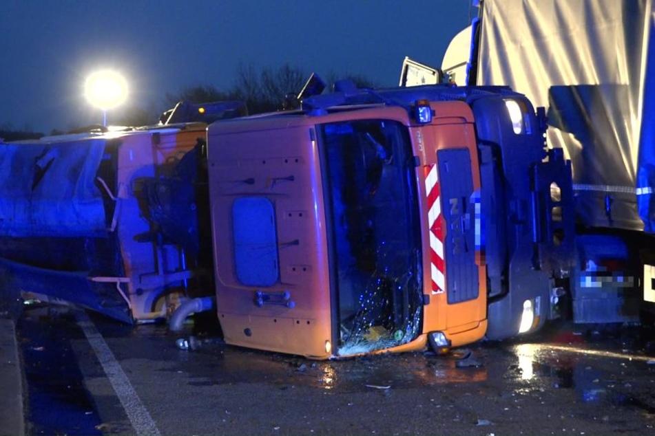 Ein quergestellter Lastwagen der Straßenmeisterei diente als Barrikade.