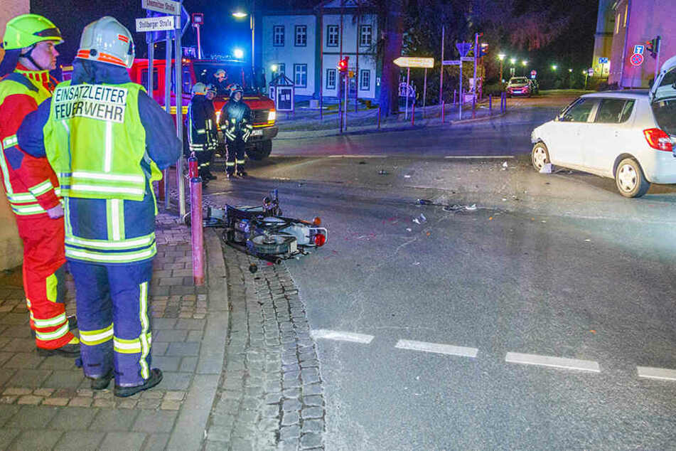 Moped knallt gegen Auto: 15-Jähriger schwer verletzt