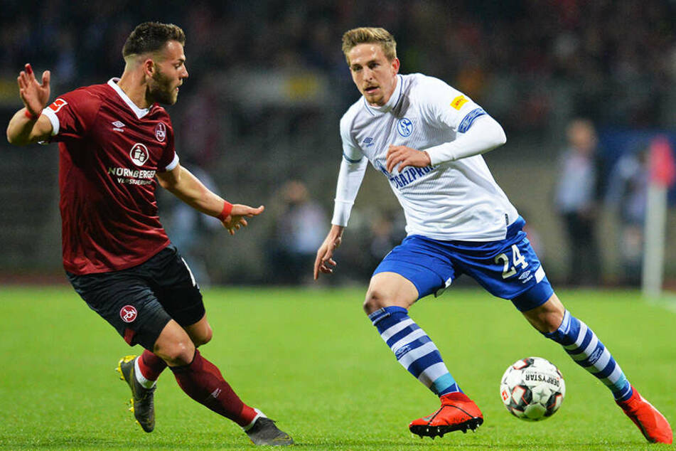 Nürnbergs Eduard Löwen im Duell mit Schalkes Bastian Oczipka (r.).