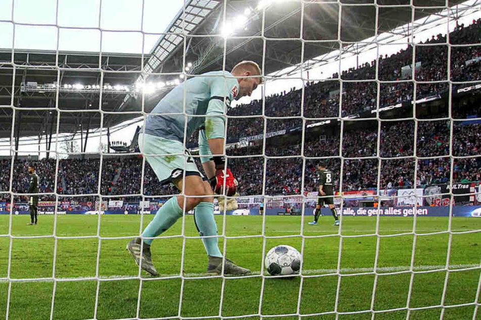 War nicht zu beneiden: Mainz-Schlussmann Robin Zentner musste in der Red Bull Arena achtmal hinter sich greifen.