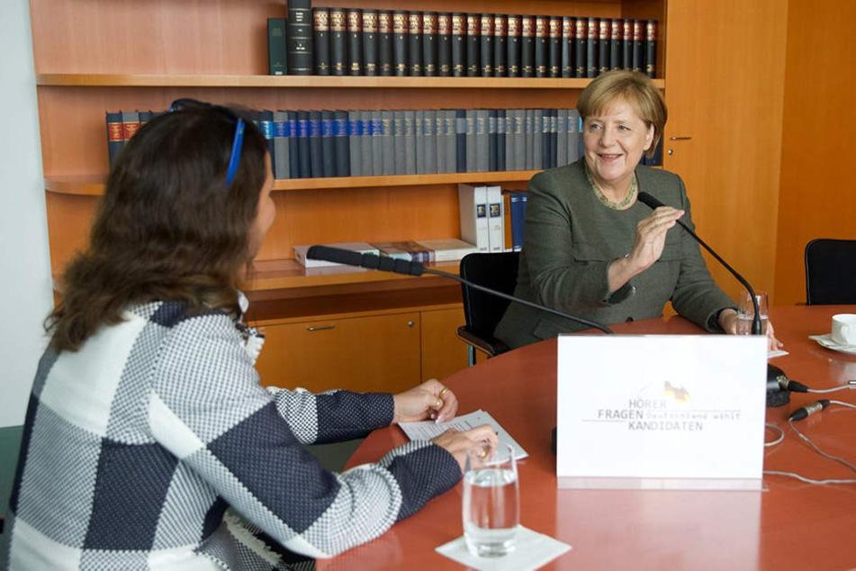 """Bundeskanzlerin Angela Merkel im Kanzleramt in Berlin mit dpa-Reporterin Anja Stein bei einem Radio-Interview für das Format """"Hörer fragen Kandidaten""""."""