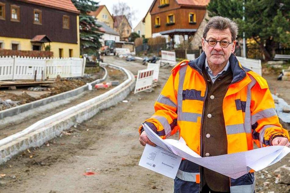 Straßen- und Tiefbauamtschef Professor Reinhard Koettnitz (62) erklärt die Gründe für die Bauverzögerungen.