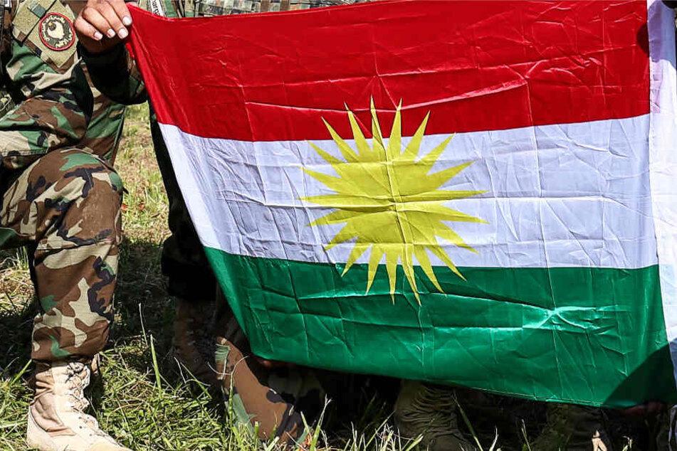 Die Flagge der kurdischen Peschmerga-Kämpfer (Archivbild) wurde am Samstag in Frankfurt gehisst.