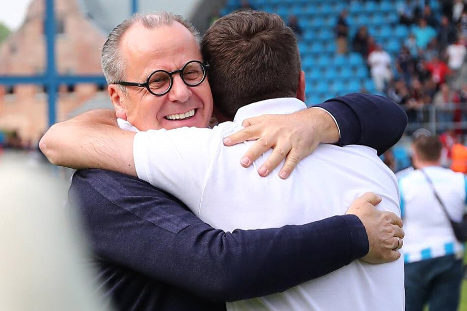 Insolvenzverwalter Klaus Siemon (l.) umarmt Sportdirektor Thomas Sobotzik.