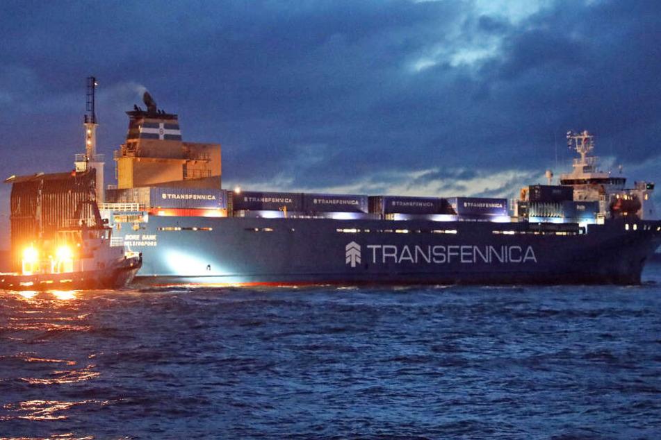 Zwei Schlepper konnten den Frachter befreien und zu einem Liegeplatz schleppen.